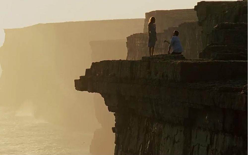 Кадр из фильма Високосный год, на скалах Мохера в Ирландии