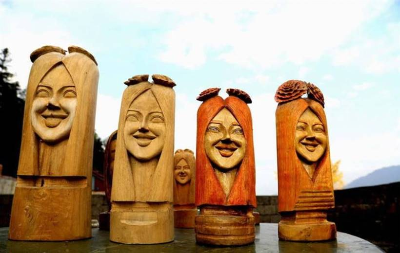 "the Guangxi Zhuang Autonomous Region turns wood into ""smiling"" faces. Jang Aolin, who comes from a remote village in the town of Motsuan, was passionate about carving wood at the end of 2016, although he had never taught the art of woodcarving."