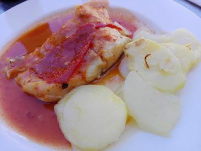 Bacalao confitado con salsa de piquillos y patatas
