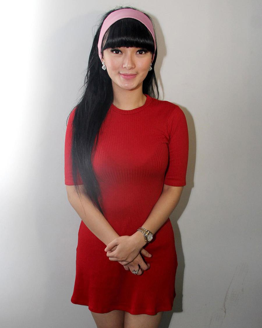 Zaskia Gotik red baju dan guan merah manis Bibir merah