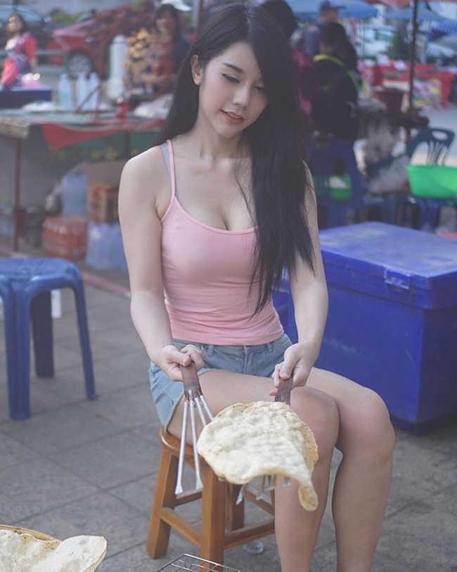 Chỉ bán bánh nướng ven đường, cô gái cũng nổi tiếng vì quá nóng bỏng