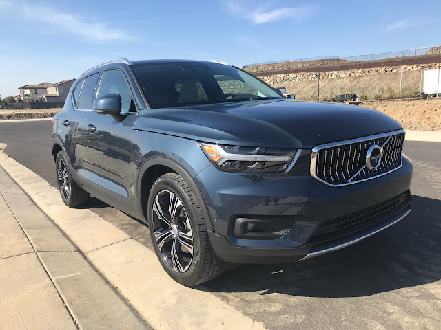 Front 3/4 view of 2020 Volvo XC40 T5 AWD Inscription