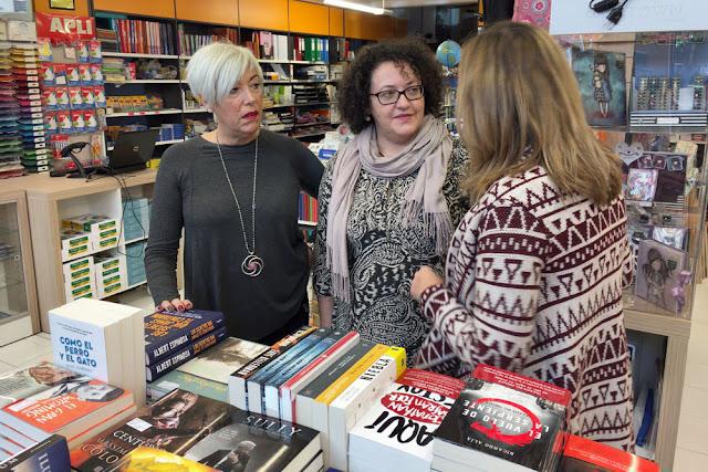 La presidenta de ACE Barakaldo, junto a la alcaldesa y la propietaria de la librería Minerva