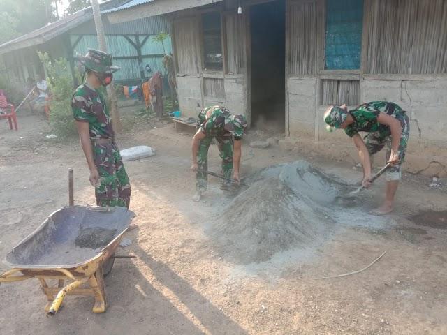 Personel Satgas Pamtas Sektor Timur Rehab Rumah Warga Dusun Fatululi Maumutin.