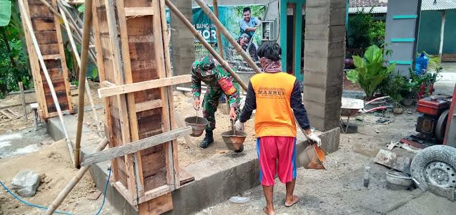 Bersama Warga, Babinsa Melaksanakan Karya Bhakti Membuat Tandon Air