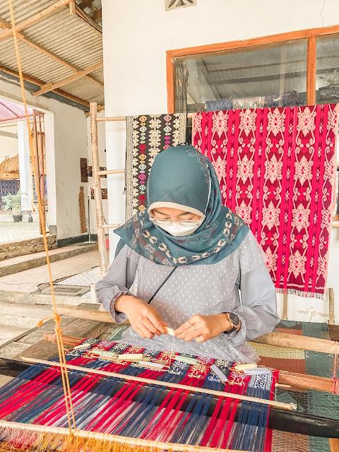 belajar-menenun-di-desa-tenun