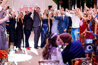 O time de especialistas comemora com os noivos  (Crédito: Gabriel Cardoso/SBT)