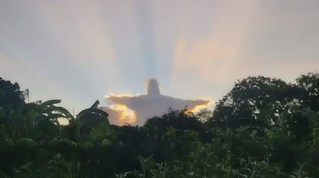 Hình ảnh Chúa Cứu Thế trong hào quang của hoàng hôn