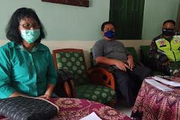 Sambangi Perangkat Desa Manjung, Babinsa Edukasikan Kamtibmas serta Prokes Covid-19