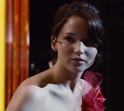 ... ketika Jennifer Lawrence sedang memakai gaun merah paras dada. Sangat  cantik dan sesuai dengan penampilannya yang dianugerahkan sepasang mata  juling. ca843f6e64