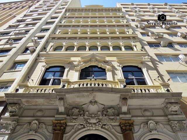 Perspectiva inferior da bela fachada do Edifício do Antigo Banco Português do Brasil - Centro - São Paulo