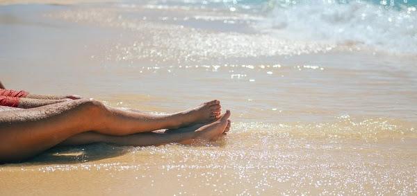 piernas-mujer-barro-playa
