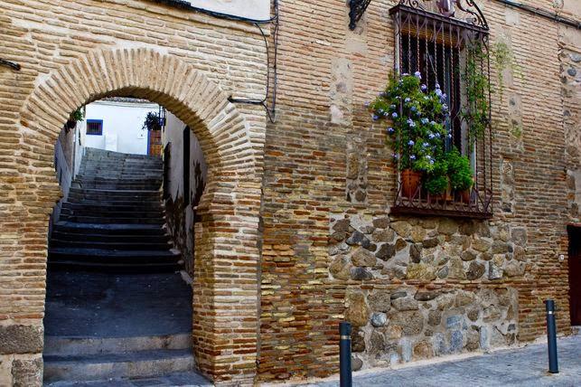 Los antiguos barrios hebreos de la capital imperial española aún muestran los rastros que los casi 1.500 años de presencia judía dejó en la cultura hispana.