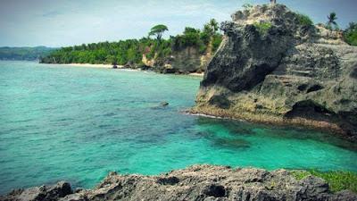 tentu Indonesia mempunyai ribuan obyek wisata pantai yang mempesona Pantai Dato Majene : Perpaduan Pasir Putih dan Bukit Karang