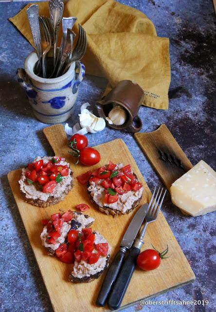 Bruschetta mit Bohnen und Tomaten