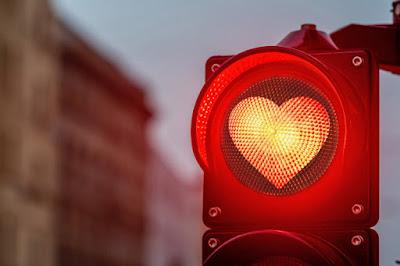 semaforo vermelho com desenho de coração