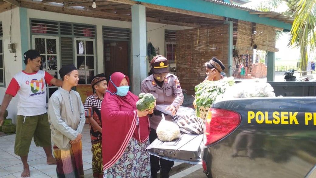Gunakan Mobil Patroli, Polsek Petanahan Droping Sayuran ke Pesantren