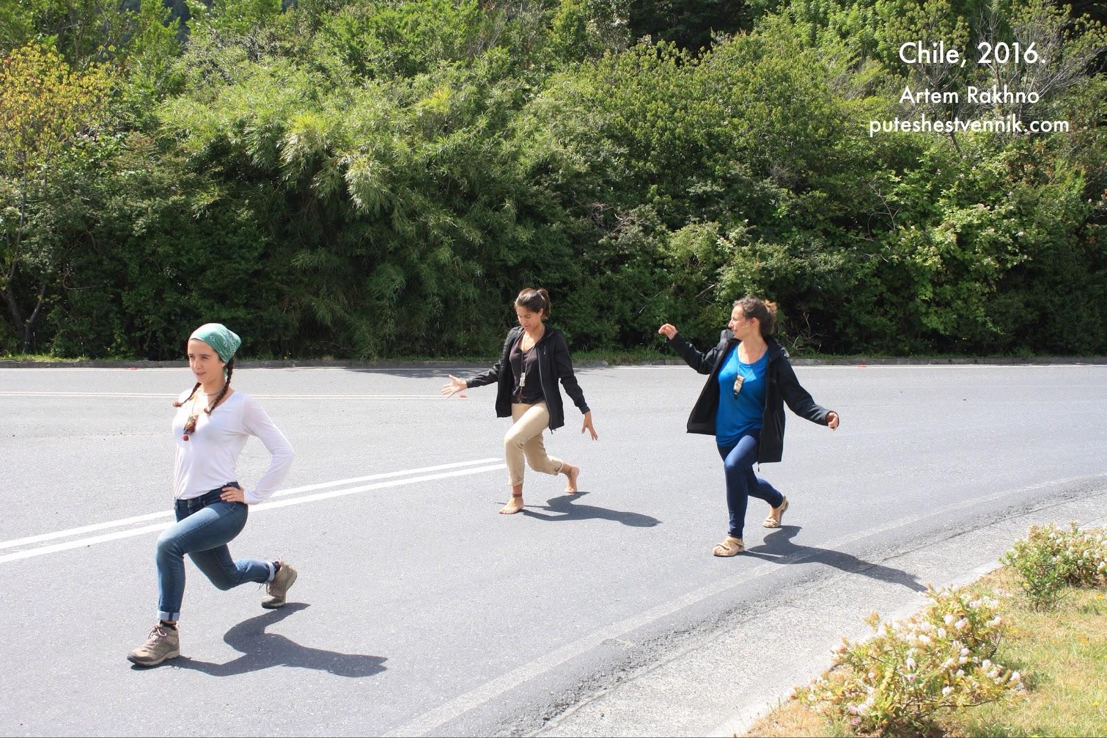 Француженки практикуют йогу на трассе
