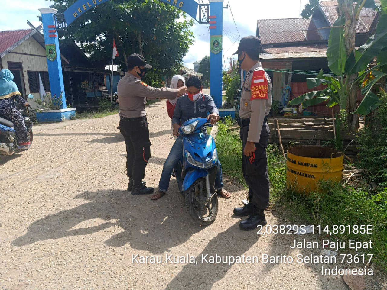 Melalui Gebrak Masker, Personel Polsek Karau Kuala Bagikan Masker dan Ajak Masyarakat Disiplin