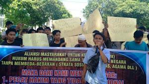 Tuntut Hakim Profesional, Ratusan Massa Gedor Pengadilan Negeri Mataram