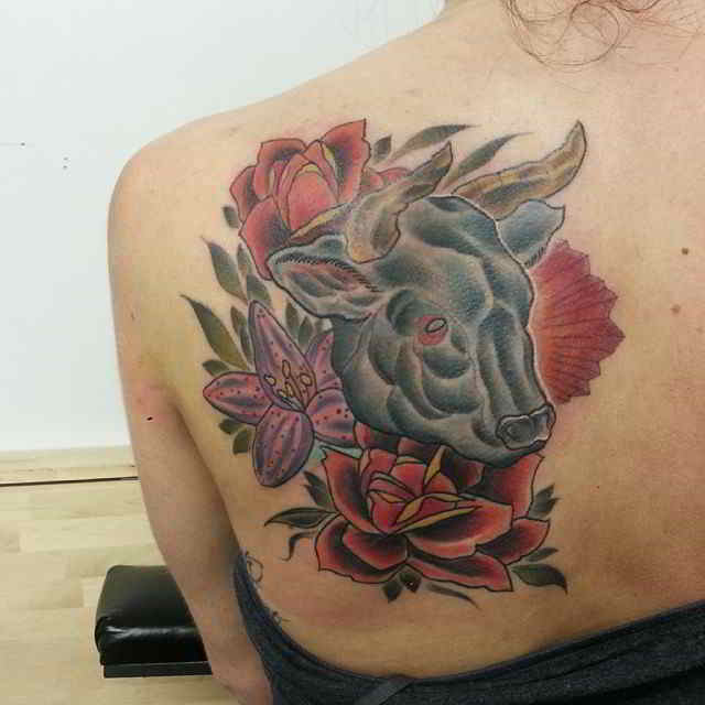 Tatuaje de cabeza de toro con flores