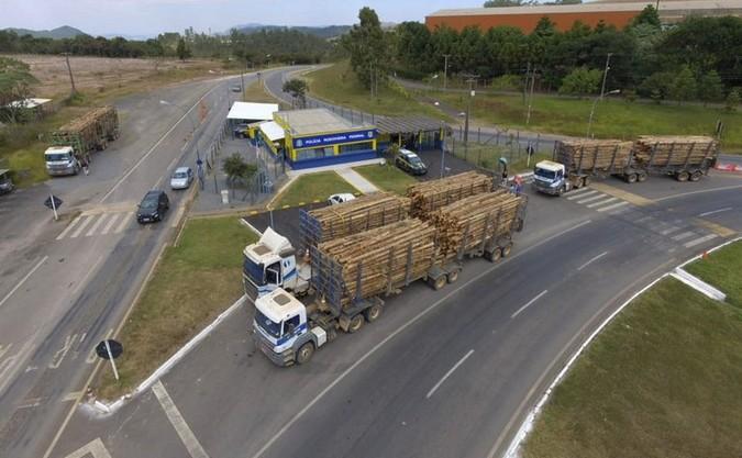 PRF flagra mais de 30 toneladas de excesso de peso em quatro caminhões em Poços de Caldas (MG)