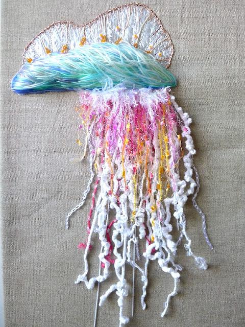 #broderieplastique @thinkknot syphonophore créature marine brodée. broderie en relief