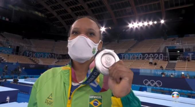 Rebeca Andrade ganha medalha de prata e entra para história da ginástica brasileira