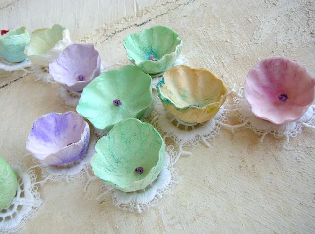 collana maxi di fiori di carta e pizzo , tinte pastello , rosa verde