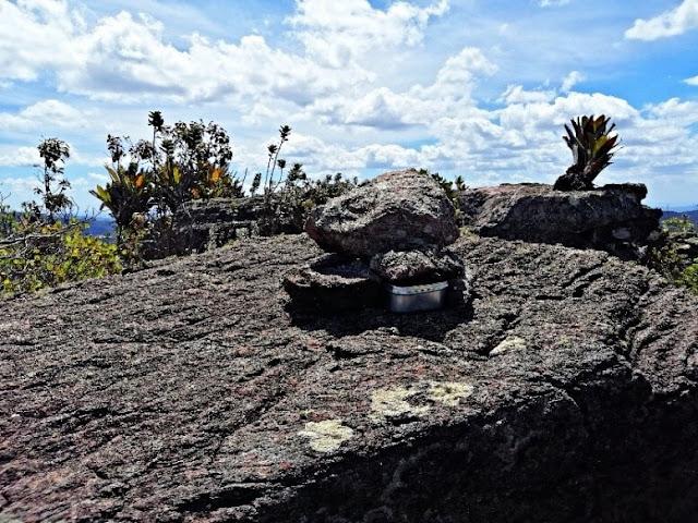 Livro acondicionado em caixa de alumínio no Pico dos Frios subcume leste. (Foto: Orlandinho Barros)
