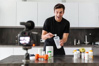 Hombre joven con suplementos nutricionales