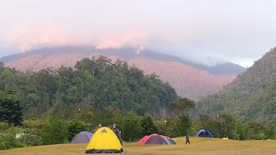 view gunung gede dari bukit golf