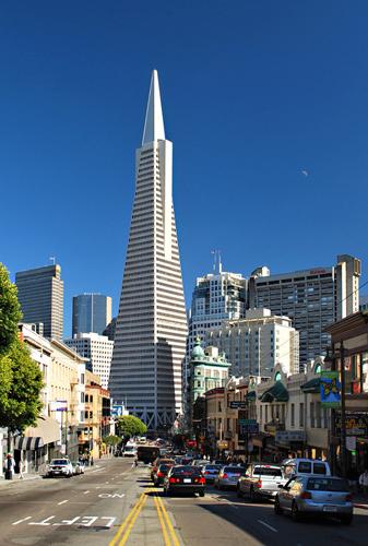 Espectacular vista urbana del distrito financiero de la ciudad de San Francisco de día con la famosa Transamerica, al fondo; cielo azul y sol radiente