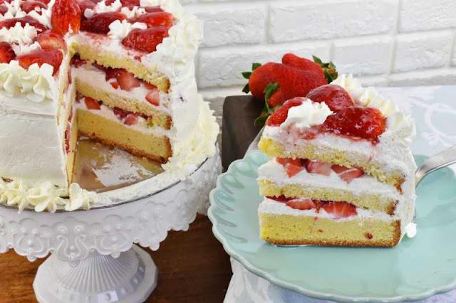 trozo de tarta de nata con fresas