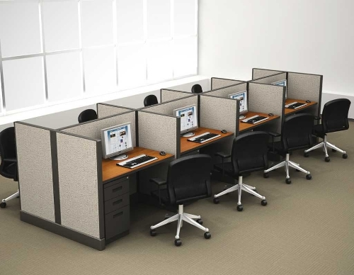 Menggunakan meja staf dengan model cubicle