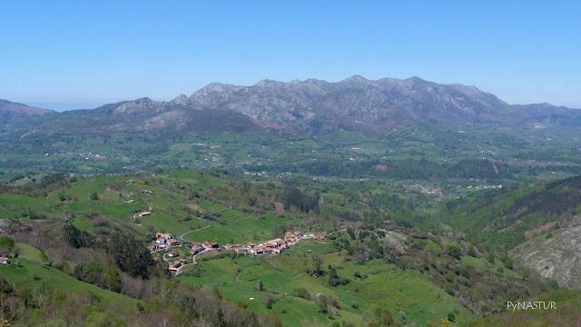 Pueblo de Pesquerín con La Sierra del Sueve