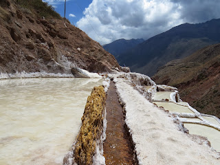 Pequenos escorredouros de água nas Salineras de Maras / Peru.