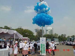 Salah satu cara menerbangkan balon dengan menggunakan gas helium yang aman