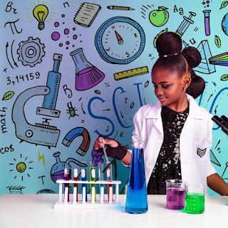 آموي أنطونيت.. تبسط العلوم للأطفال من معمل حجرة نومها
