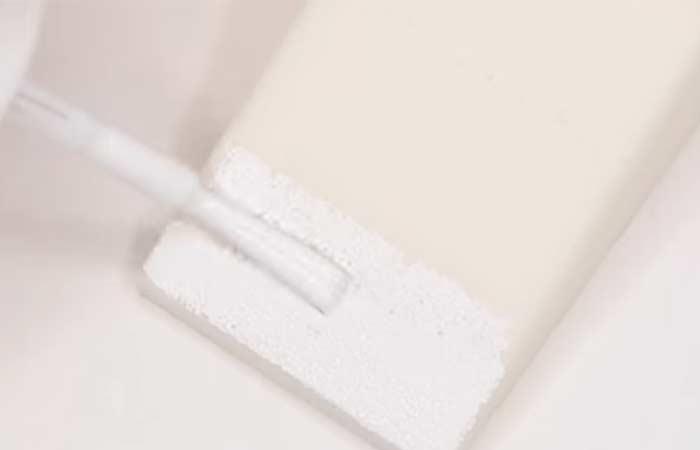 ضعي طلاء الأظافر الأبيض على الإسفنجة