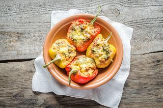 Pimientos asados con tomate, queso de cabra y pesto