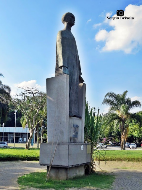 Vista lateral da Estátua do Monumento a Armando de Salles Oliveira - USP - São Paulo