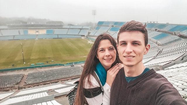 Selfie do casal dentro do estádio de futebol