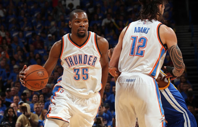 Kevin Durant et Steven Adams (Oklahoma City Thunder) lors du game 3 de la finale de la conférence Ouest des playoffs 2016 NBA.
