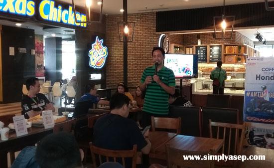 COFFEE MORNING : Suasna penuh keakraban dan santai saat berlangsungnya acara Coffee Morning Astra Motor Pontianak bersama jurnalis dan Blogger di JCO Ahma Yani Mall Sabtu (6/6). Foto Asep Haryono