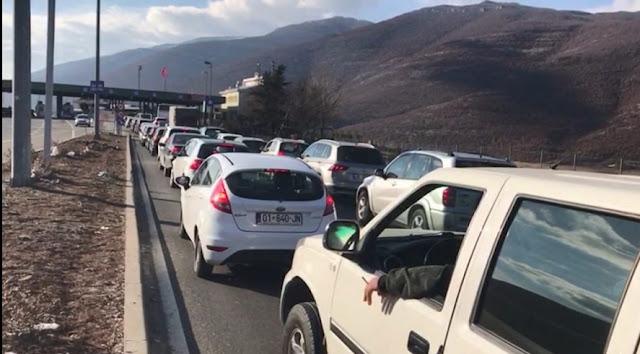 I vacanzieri del Kosovo affollano la costa albanese, i medici non possono controllarli tutti