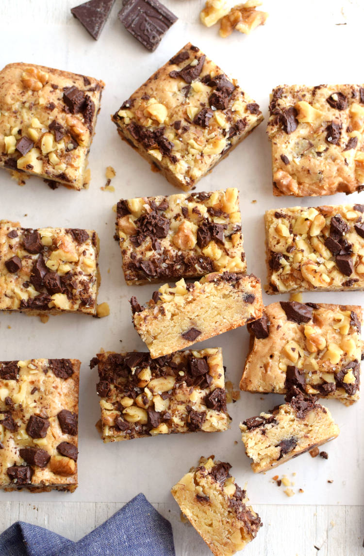 Blondies con chispas de chocolate y nueces cortados en trozos