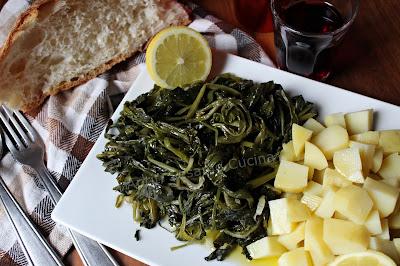 Insalata di erbe selvatiche e patate bollite. Ricetta antica, a basso costo