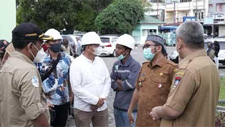 Hendri Septa saat tinjau renovasi Masjid Agung Nurul Iman