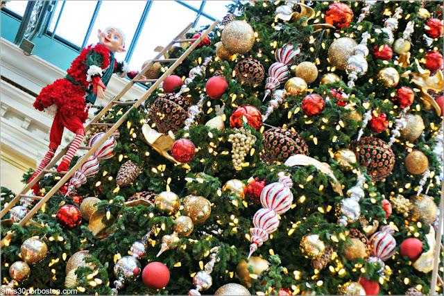 Holiday Glamour 2017 del Hotel Bellagio: Duende en el Árbol de Navidad